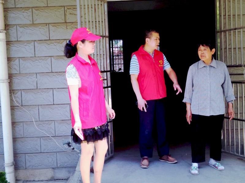 碟子塘社区驻点团队助力文明创建工作.jpg