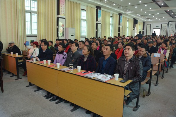 领导和群众观看演出.jpg