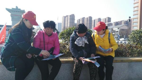 普法志愿者向群众讲解法律知识2.jpg