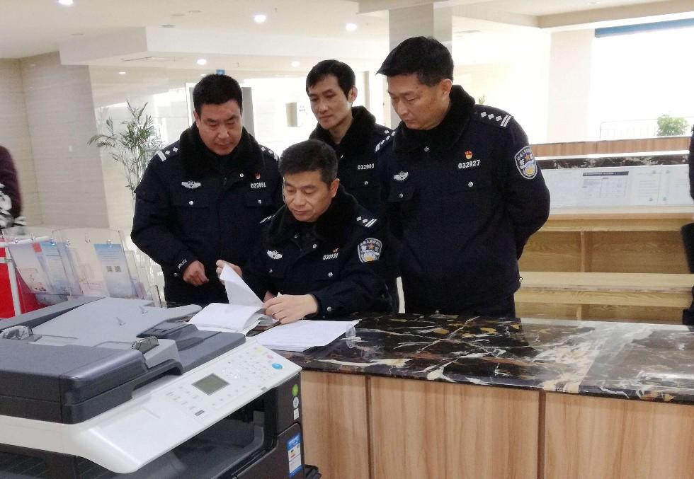 县公安局局长吴松林到公安窗口检查指导工作图片