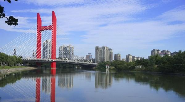 六安市淠史杭大桥位于六安市淠河总干渠管理局附近,桥旁有六安市第一人民医院,客车制造总厂(齿轮厂)等。桥梁全长为436.20米,桥梁起点桩号为K10+949.40,终点桩号为K1+385.60,主桥为85m+120m独塔双索面预应力砼斜拉桥,引桥右4×25m(小桩号)、2×25m+30m+25m(大桩号侧)预应力砼现浇箱梁组成。属于六安市长安南路-皖西道路工程中的一部分,跨越淠河总干渠。规划中的淠望路北接皖西路,南接长安南路。该项目的开通将充分发挥六安市整体交通功能,有效的串联城市